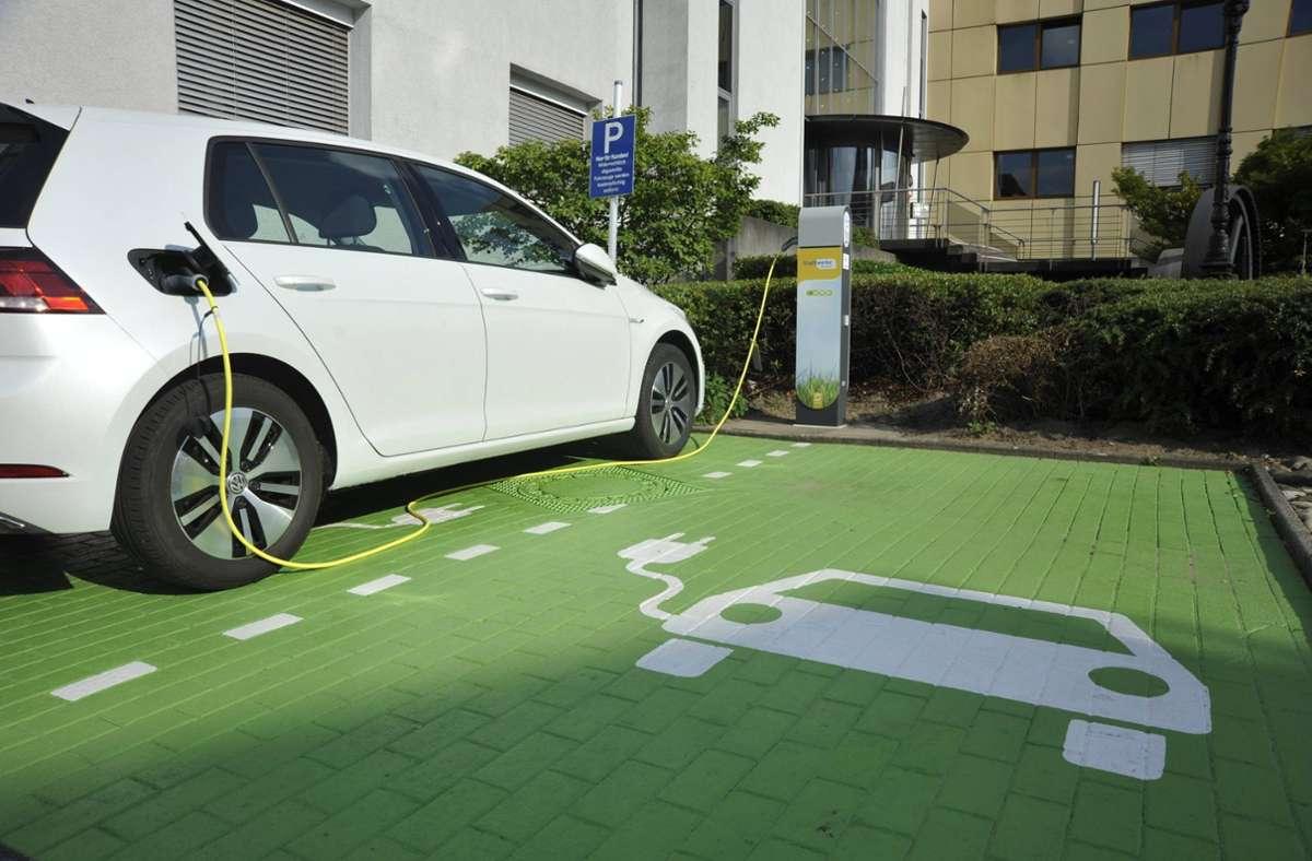 Deutlich erkennbar: ein Parkplatz mit Lademöglichkeit für Elektroautos. (Symbolfoto) Foto: imago images
