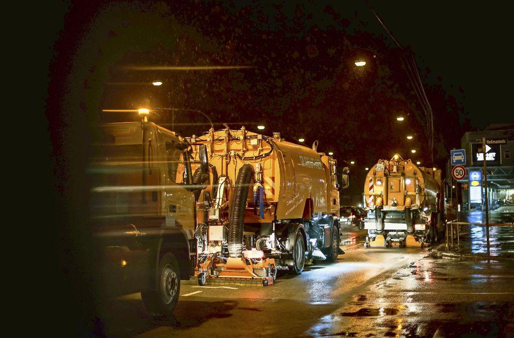 Mehrere spezielle Kehrmaschinen haben im März den Staub auf  der Cannstatter Straße bekämpft. Foto: Lichtgut/Max Kovalenko