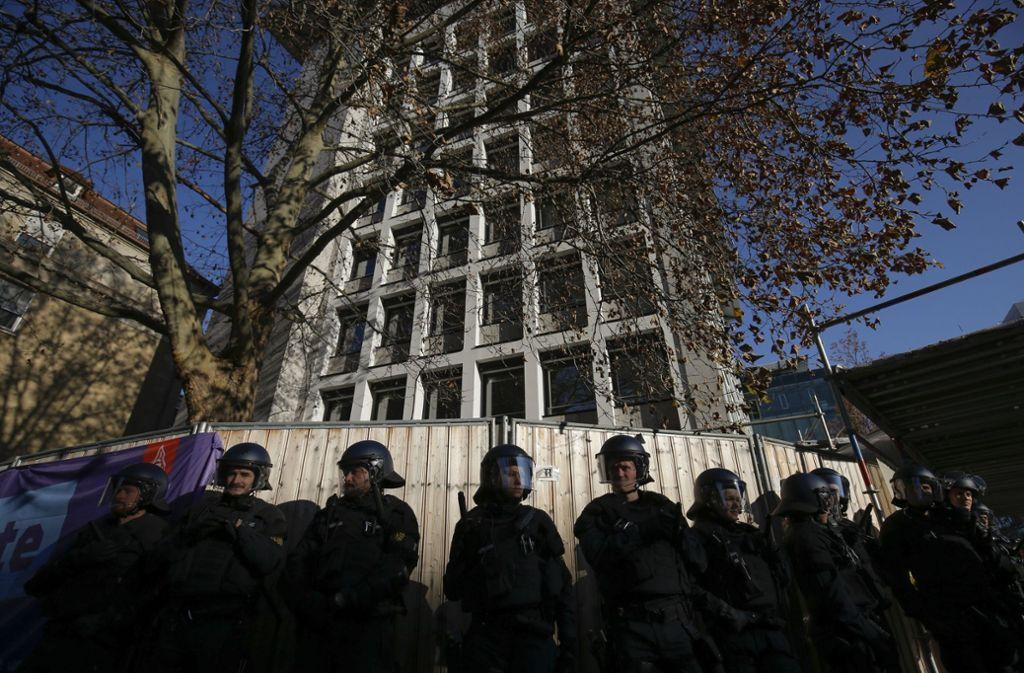 Vor dem Gerichtsgebäude kam es zu Rangeleien zwischen der Polizei und Demonstranten. Foto: Lichtgut/Leif Piechowski