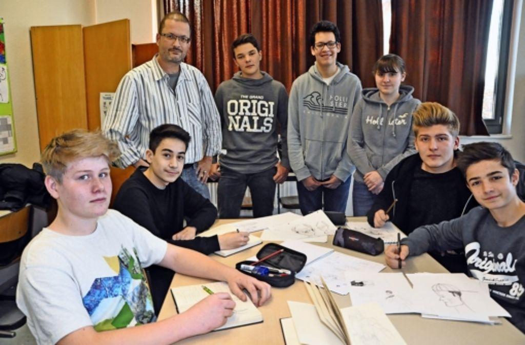 Einige der Comic-Helden der Jahn-Realschule  mit ihrem Mentor, dem Stuttgarter Zeichner und Gestalter Stefan Dinter. Foto: Linsenmann