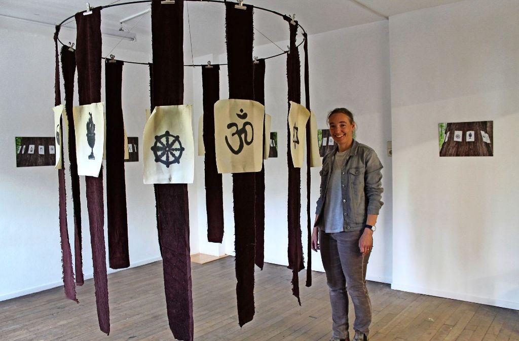 """Marion Muschs """"Baum der Erkenntnis"""" stellt zwölf Weltreligionen anhand ihrer Symbole dar. Seine  Botschaft: es gibt immer auch eine andere, unbekannte Seite. Foto: Sabine Schwieder"""