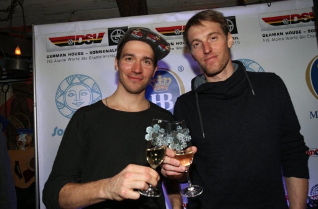 Fritz Dopfer (silber, rechts) und Felix Neureuther (bronze) stoßen auf ihre Slalom-Medaillen bei der Ski-WM im US-amerikanischen Vail an. Foto: dpa