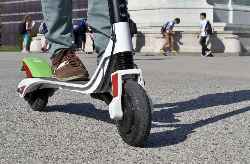 E-Tretroller in Wien auf dem Heldenplatz. In Deutschland werden kleine Tretroller mit Elektromotor noch in diesem Jahr vom Gesetzgeber zugelassen. Foto: Herbert Neubauer/APA/dpa