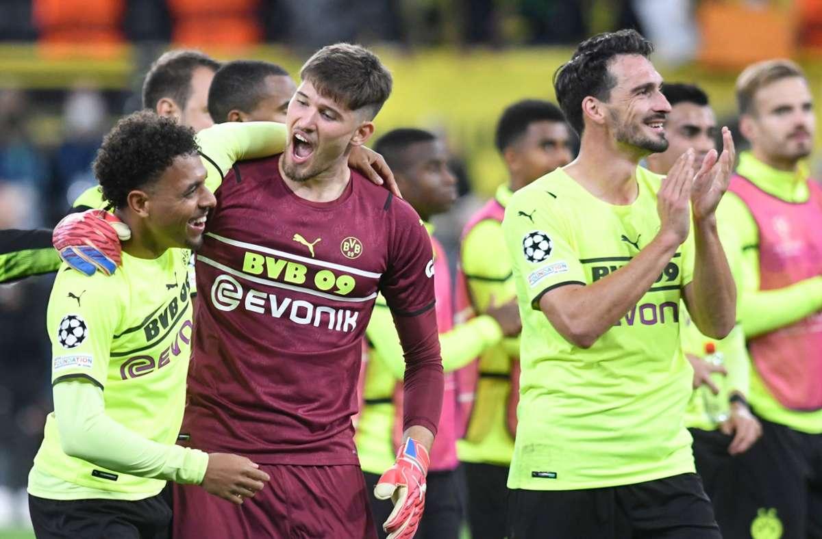 Dortmunds Donyell Malen (l.) feiert mit Torhüter Gregor Kobel nach dem Spiel Foto: dpa/Bernd Thissen