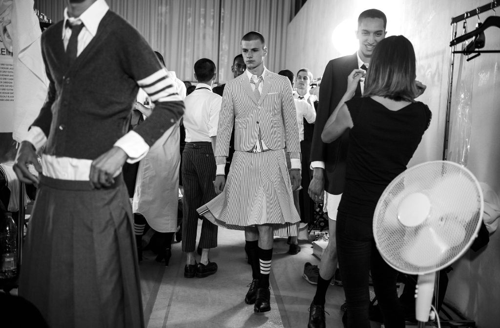 Backstage bereiten sich die Männer-Models auf ihren Walk in Röcken vor. Foto: Getty