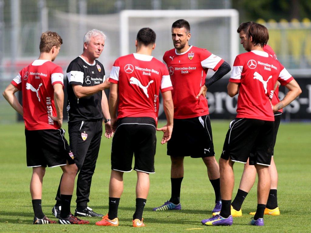 Co-Trainer Armin Reutershahn stimmt die VfB-Spieler auf die Partie gegen Hoffenheim ein. Foto: Pressefoto Baumann