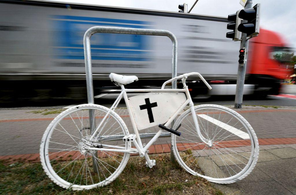 Ein Fahrrad mit schwarzem Kreuz erinnert an einen tödlichen Unfall an einer Kreuzung. Foto: dpa