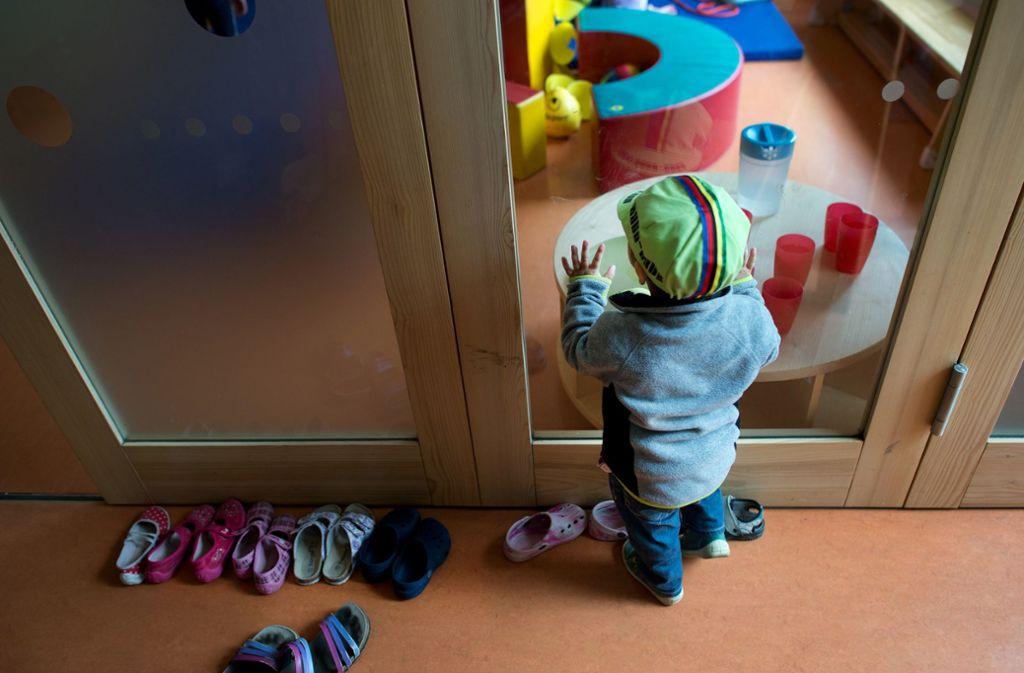 Ein kleines Mädchen soll in den Kindergarten. Doch der Weg dorthin ist steinig. Foto: dpa/Arno Burgi