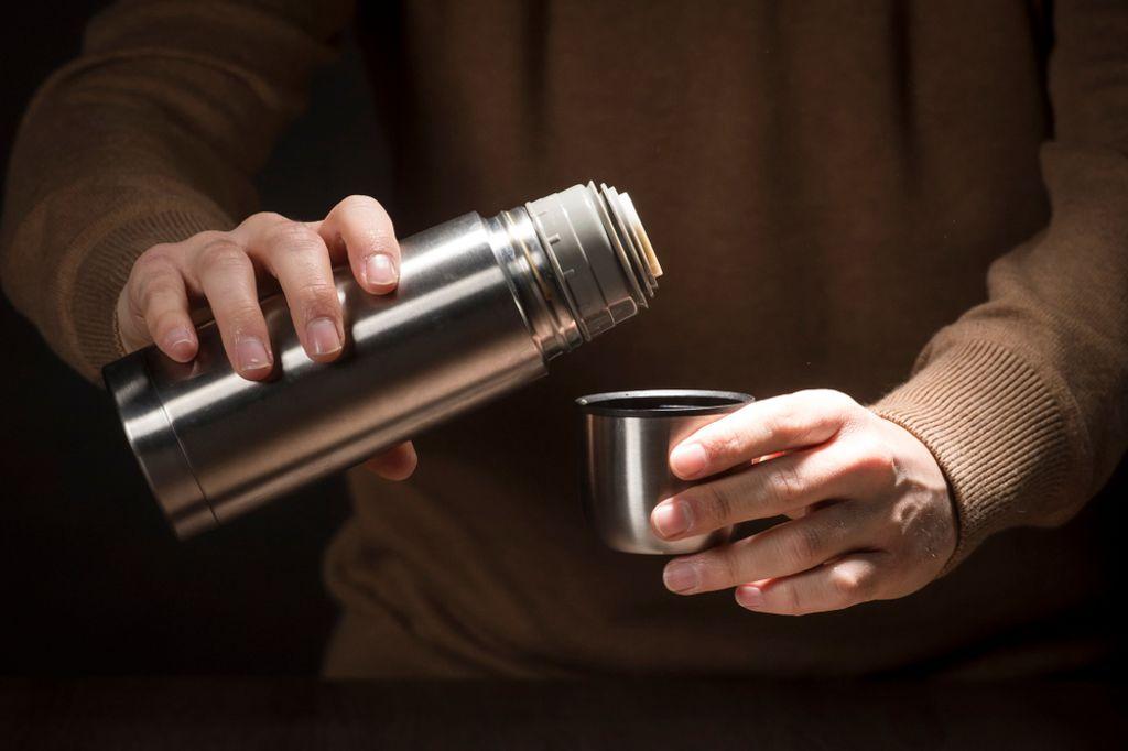 Spülen Sie die Kanne nach jedem Gebrauch mit Wasser aus. Foto: defoto.net / shutterstock.com