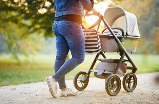 Dreister Dieb stiehlt Geldbeutel aus Kinderwagen