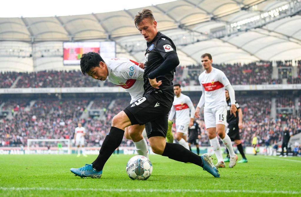 Wataru Endo vom VfB Stuttgart in Aktion gegen den Karlsruher SC. Wir haben die Leistungen der VfB-Profis wie folgt bewertet. Foto: dpa/Tom Weller