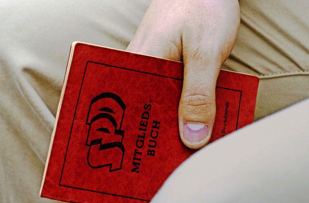 Das Parteibuch der Sozialdemokraten verliert für viele Menschen seinen Wert. Foto: dpa