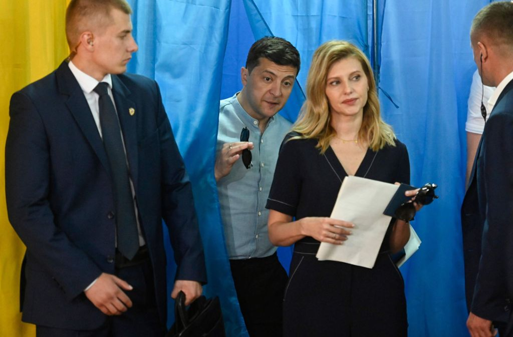 Beim Urnengang in Kiew: Präsident Wolodomyr Selenskyj und seine Frau Olena. Foto: AFP