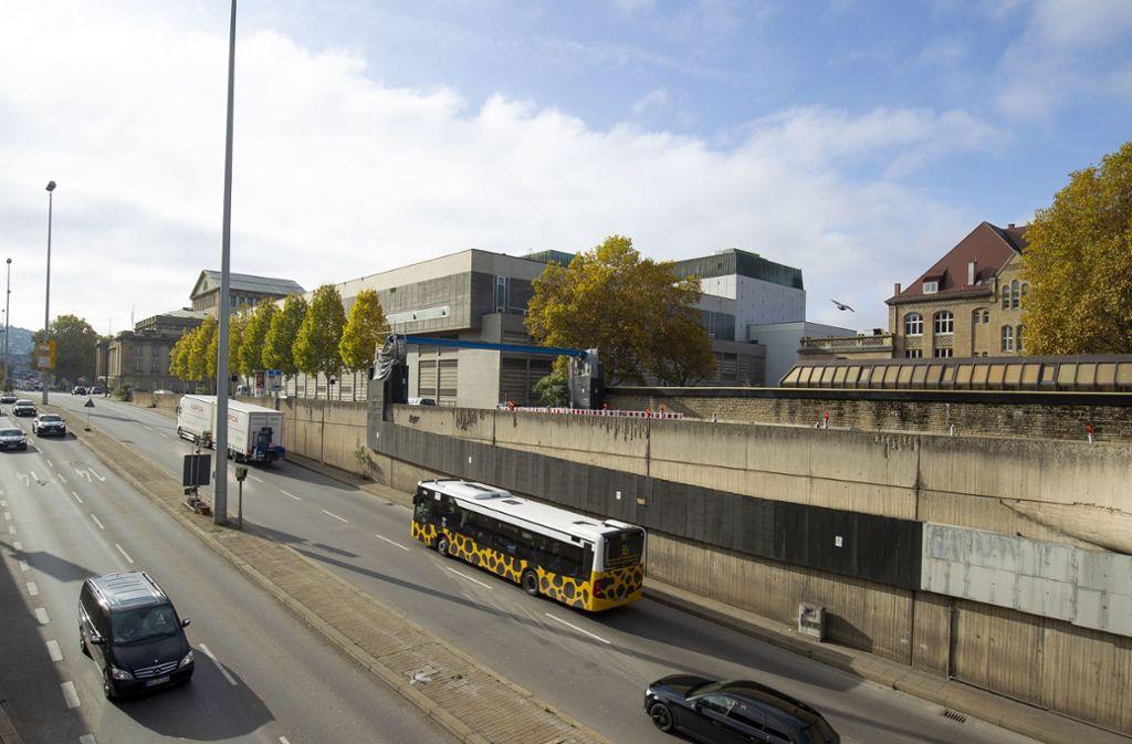 Vor dem Kulissengebäude der Oper (rechts) wird die B14 in Tieflage geführt. Der Tunnel soll in Richtung Bad Cannstatt verlängert werden, doch das ist inzwischen umstritten. Foto: Lichtgut/Leif Piechowski