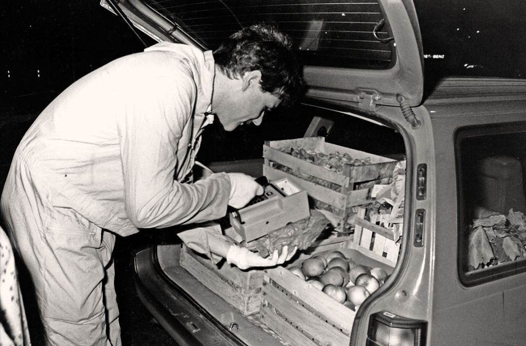 Saubere oder verstrahlte Ware? Ein Techniker untersucht im Stuttgarter  Großmarkt   frisches Obst,  Gemüse und Salat auf radioaktive Partikel. Foto: Kraufmann/Thomas Hörner