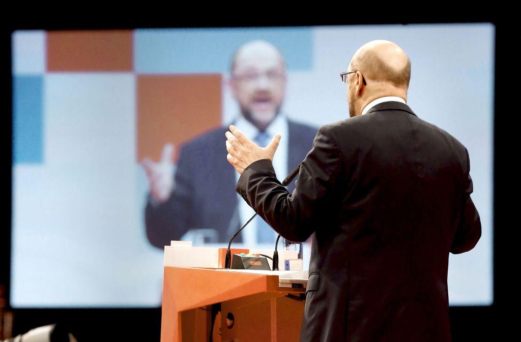 Reden, überzeugen, beschwören: Martin Schulz versucht, der gebeutelten SPD Kraft und Zuversicht zu geben. Foto: AFP, dpa (2)