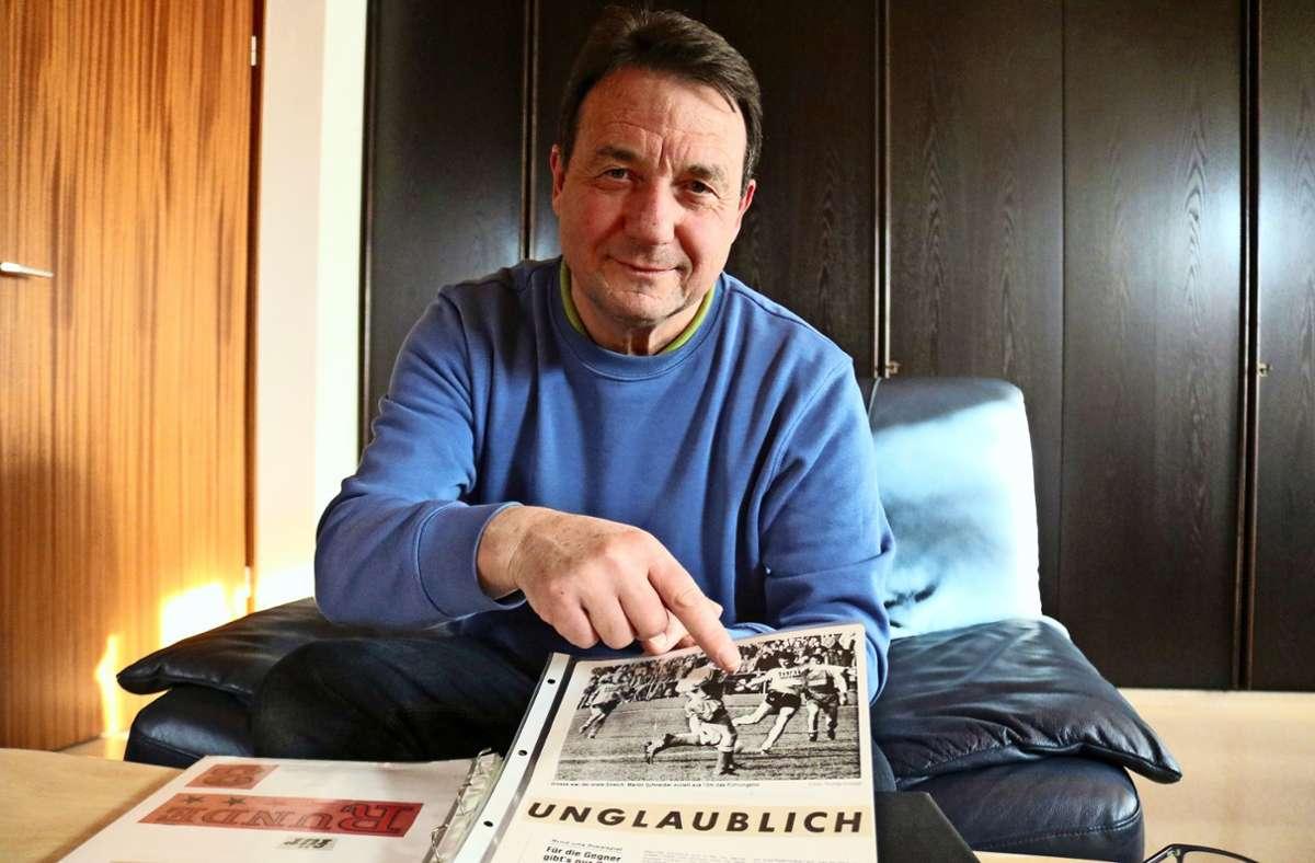 Martin Schneider blättert in alten Zeitungsartikeln über die  erfolgreiche Oeffinger Fußballzeit  in den  80er-Jahren, die er  entscheidend mitgeprägt hat. Foto: Eva Herschmann