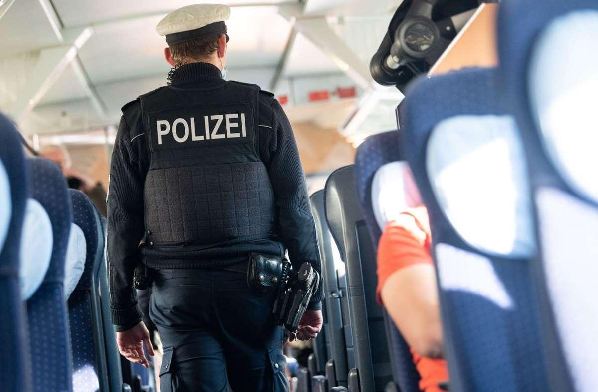 Die Bundespolizei beließ es in den meisten Fällen von Verstößen bei einer Belehrung. (Symbolfoto) Foto: dpa/Sebastian Gollnow