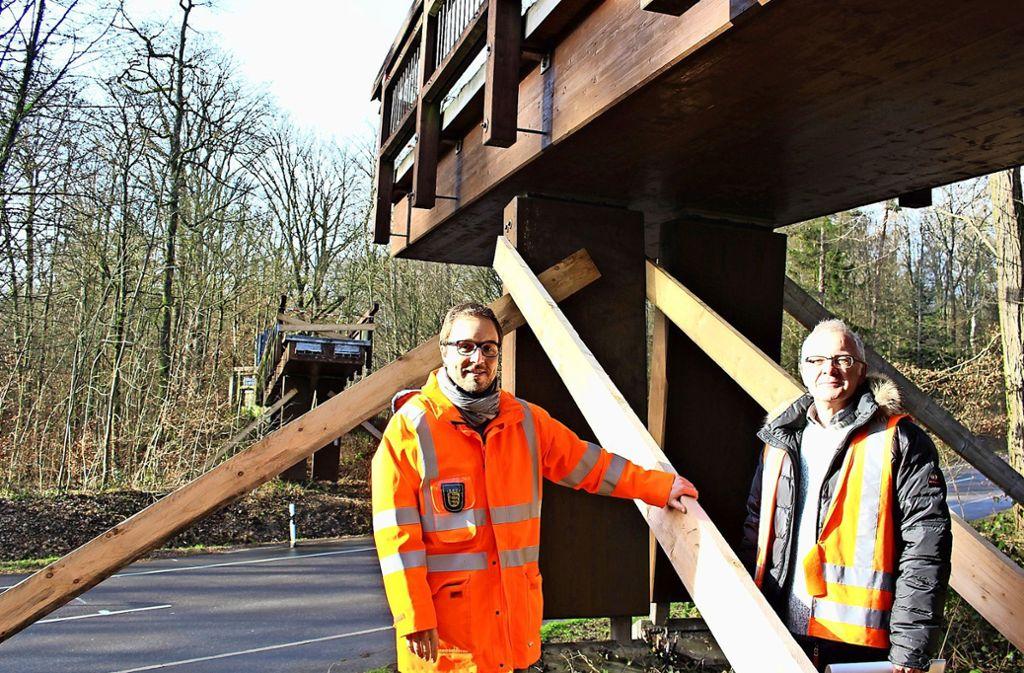 Tim Weirich (l.) und Armin Bozenhardt aus dem RP an der Brücke, die aktuell keine ist Foto: Caroline Holowiecki