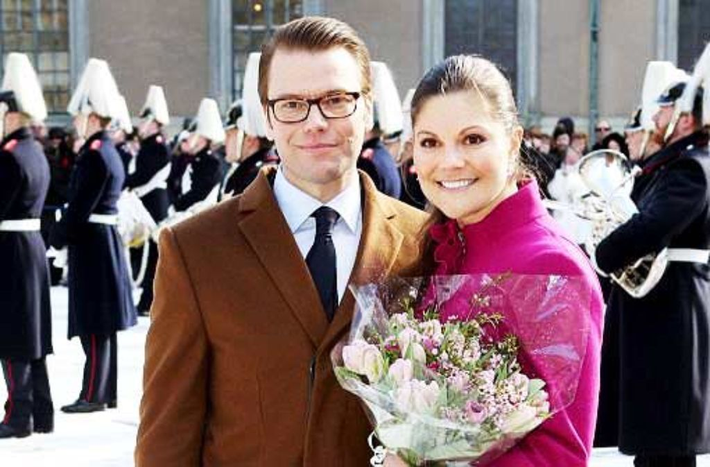 Schwedens Kronprinzessin Victoria mit íhrem zukünftigen Prinzen Daniel Westling. Das schwedische Traumpaar heiratet am Samstag. Foto: dpa