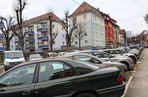 Firmen blockieren Parkplätze mit  Fuhrpark