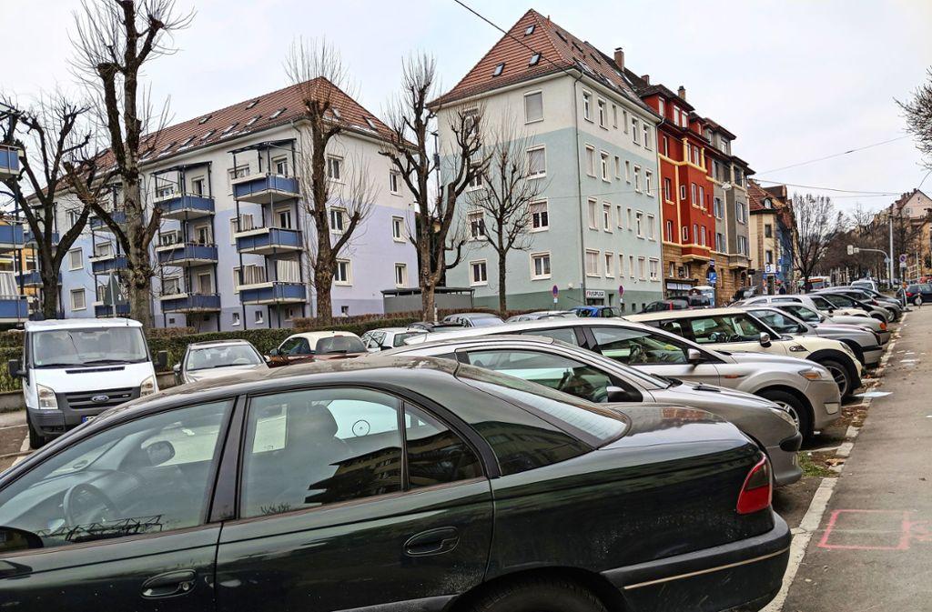 Parkplätze sind überall in der Stadt – wie hier in Stuttgart-Ost – Mangelware. Oder gibt es zu viele Autos in der Stadt? Foto: Jürgen Brand