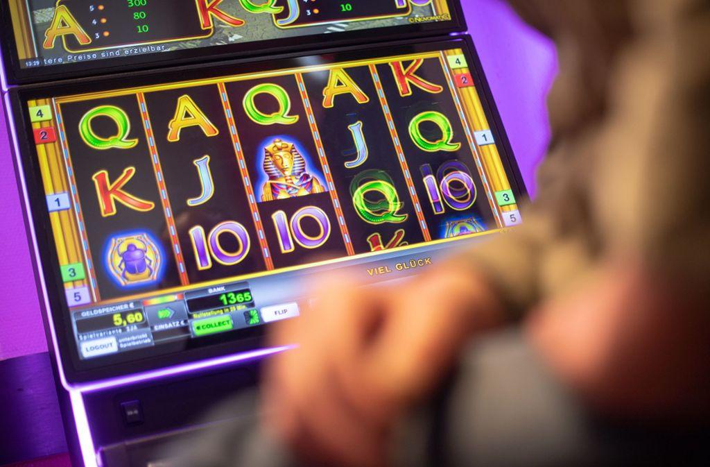 Legales Glücksspiel sei immer noch besser als illegales, so die Automatenwirtschaft. Foto: dpa/Sebastian Gollnow