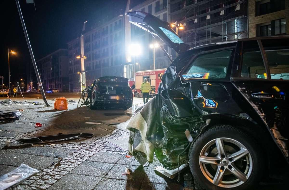 Laut Polizei kam der Wagen gegen 16.00 Uhr im Frankfurter Stadtteil Ostend unweit der Europäischen Zentralbank (EZB) in einer Kurve von der Straße ab und prallte gegen eine Hauswand. Foto: dpa/Silas Stein