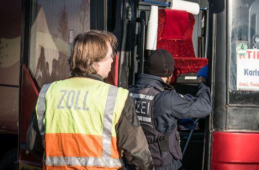 Busreisender schmuggelt   Pistole