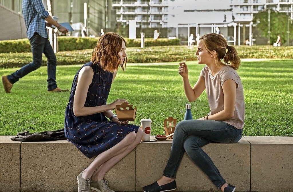 """Es gibt keine Grund, den Campus der Firma überhaupt noch zu verlassen: Karen Gillian (links) und Emma Watson in """"The Circle"""" Foto: Verleih"""