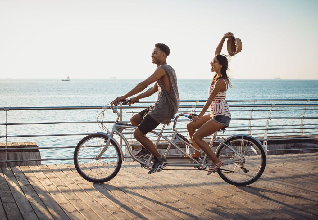 Wieso alleine radeln, wenn es zu zweit einfach doppelt so viel Spaß macht? Foto: Shutterstock/sashafolly