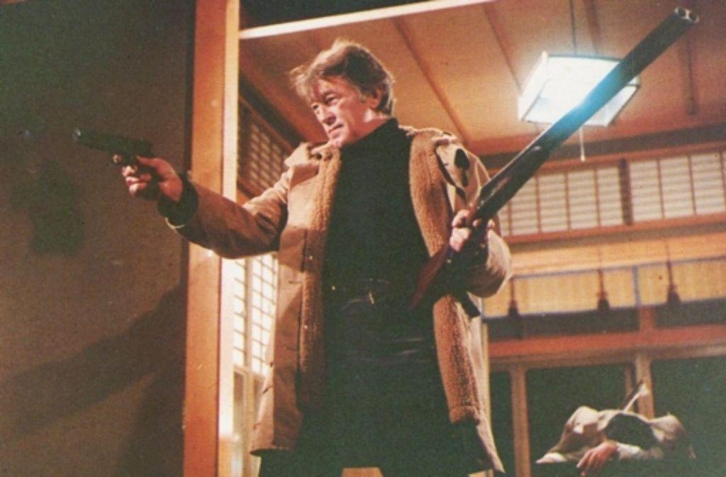 """Ein Mann räumt auf: Robert Mitchum als Harry Kilmer in Sydney Pollacks """"Yakuza""""-Verfilmung. Foto: Warner Bros."""