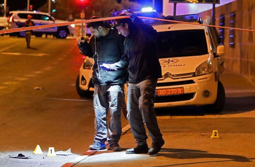 Israelische Polizisten untersuchen den Ort des Anschlags. Foto: AFP/OREN BEN HAKOON