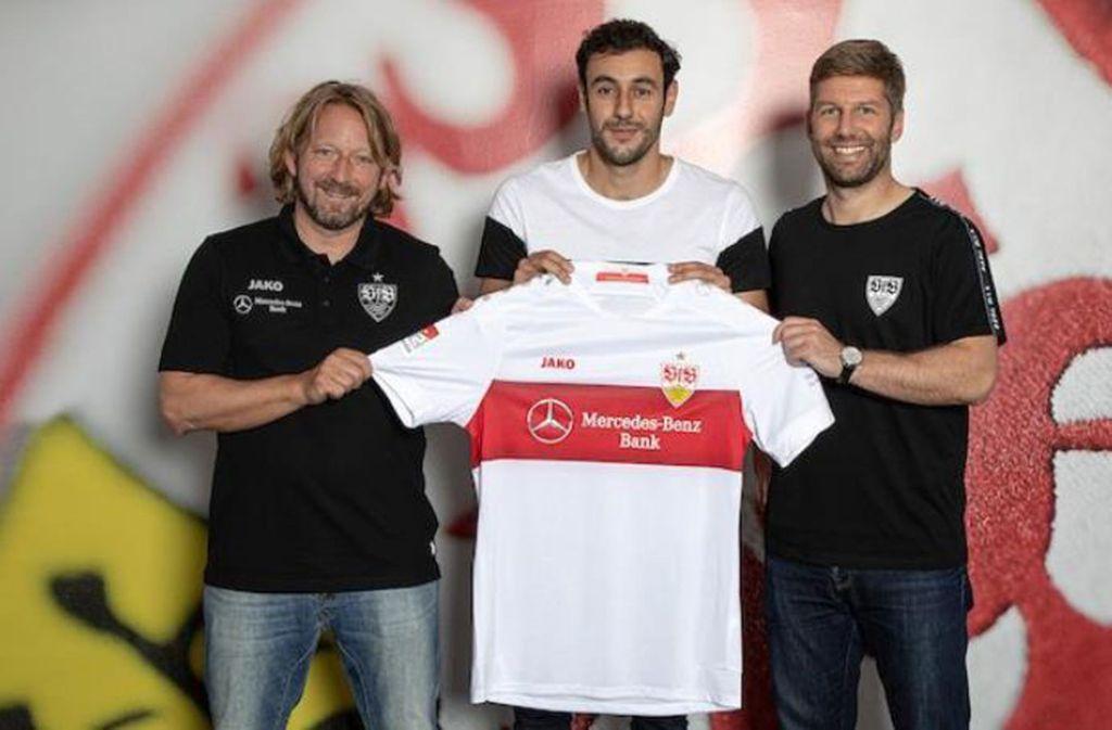 Hamadi Al Ghaddioui (Mitte) mit VfB-Sportdirektor Sven Mislintat (links) und VfB-Sportvorstand Thomas Hitzlsperger Foto: VfB Stuttgart