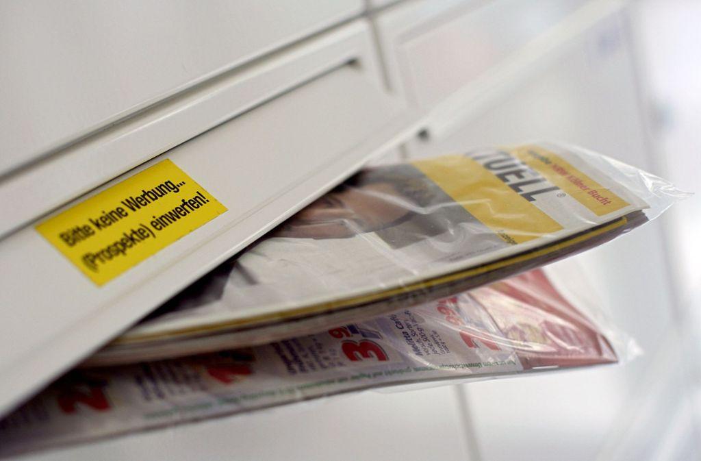 Eine  Postwurfsendung in Plastikfolie – das stört viele Menschen. Doch die Folie sei bereits dünner geworden, heißt es von der Deutschen Post. Foto: dpa