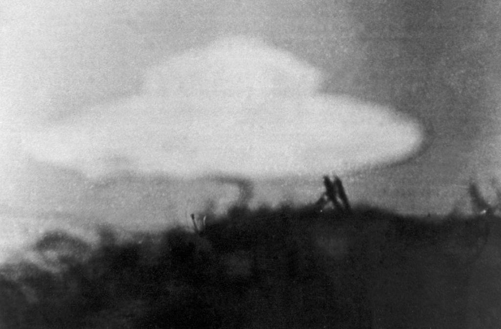 Immer wieder tauchen vermeintliche UFOs im Netz auf. Hier von einem  13-jährigen Jungen am 15.02.1954 in Coniston in Großbritannien. (Symbolbild) Foto: dpa/Heinz-Jürgen Göttert