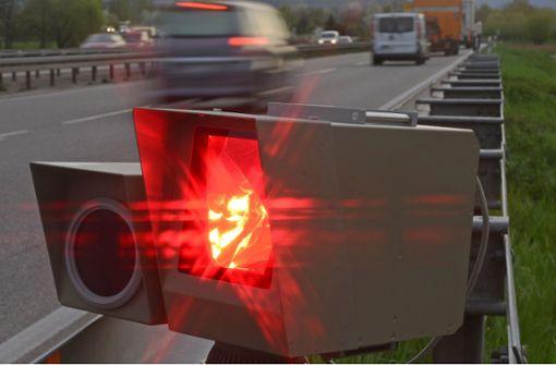 Auto-Raser mit Motorradhelm geblitzt und entlarvt