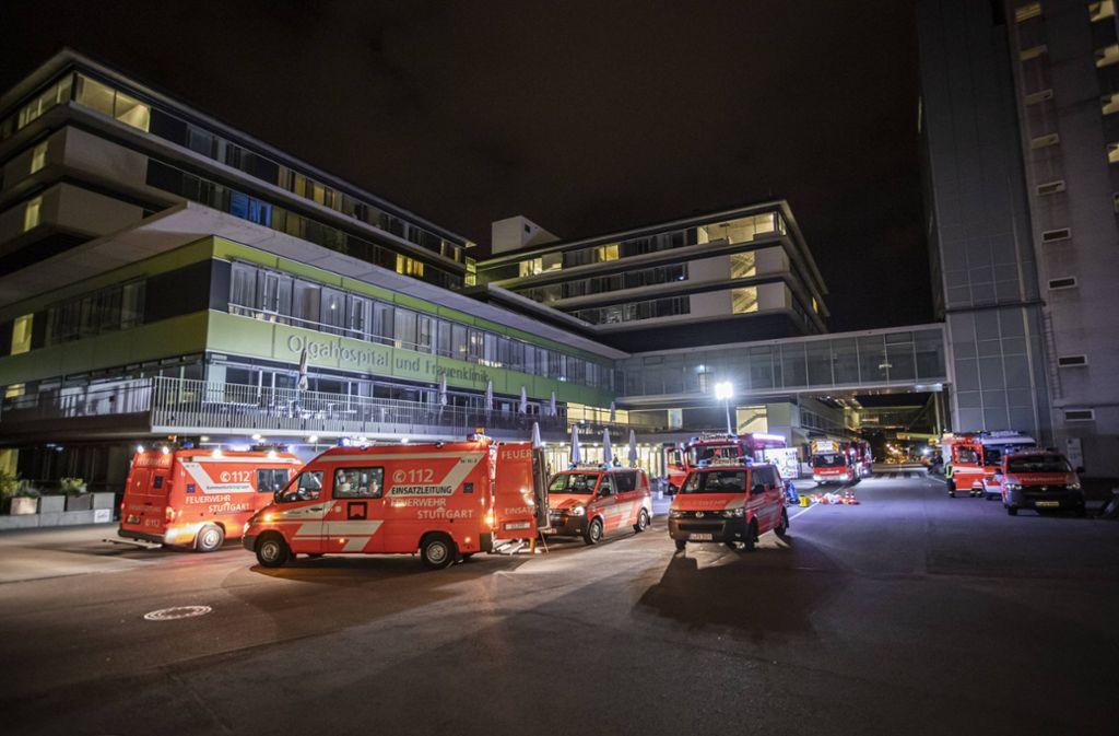 Mit einem Großaufgebot rückt die Feuerwehr zum Olgahospital aus. Foto: 7aktuell