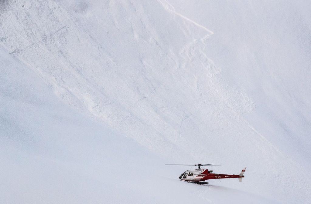 Der Sohn alarmiert die Rettungskräfte, die den Mann aus zwei Metern Tiefe bergen können (Symbolbild). Foto: dpa/Valentin Flauraud