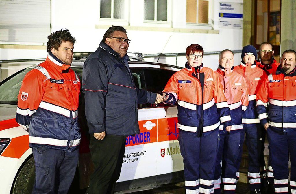 Die Mitglieder der Ortsgruppe Filder der Malteser haben vor kurzem offiziell den Schlüssel für das neue Einsatzfahrzeug überreicht bekommen. Foto: Eileen Breuer