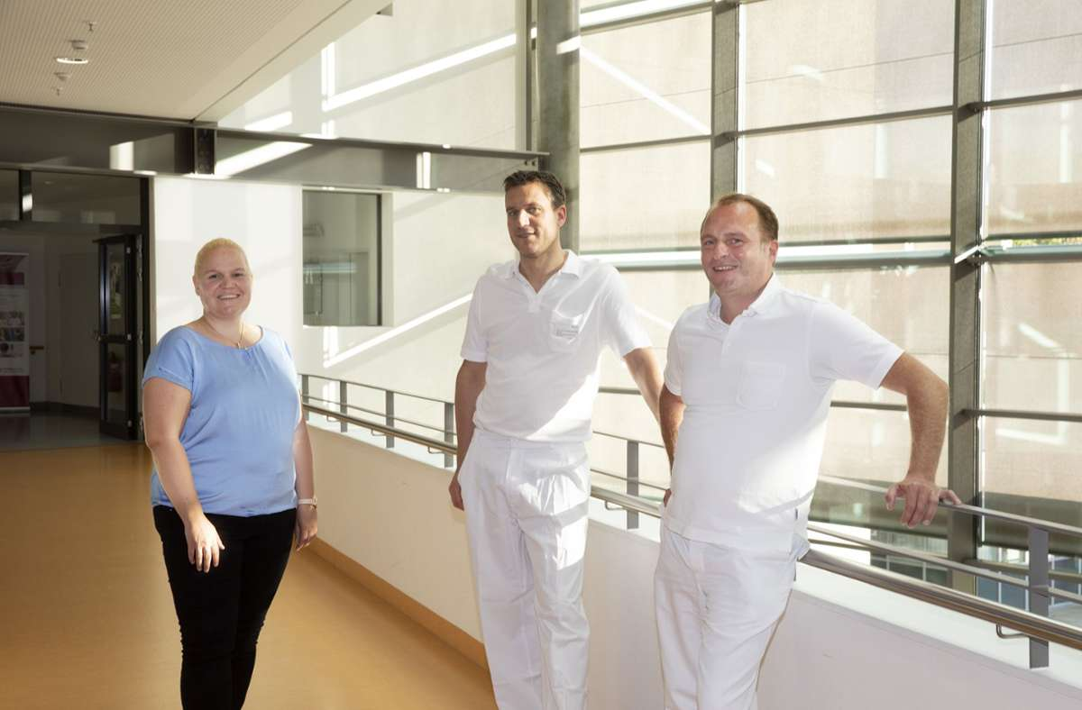 Ivonne van der Lee (von links nach rechts), Stefan P. Renner und Michael Burkhardt setzen sich dafür ein, dass die Krankheit Endometriose bekannter wird. Foto: Horst Rudel