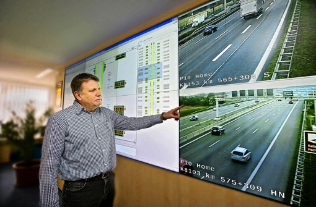 Im Leitraum der Landesstelle für Straßentechnik in Feuerbach werden die digitalen Verkehrsschilder über den Autobahnen gesteuert. Foto: Horst Rudel