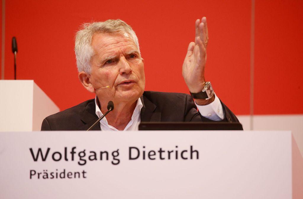 Der VfB-Präsident Wolfgang Dietrich bei der Mitgliederversammlung. Foto: Baumann