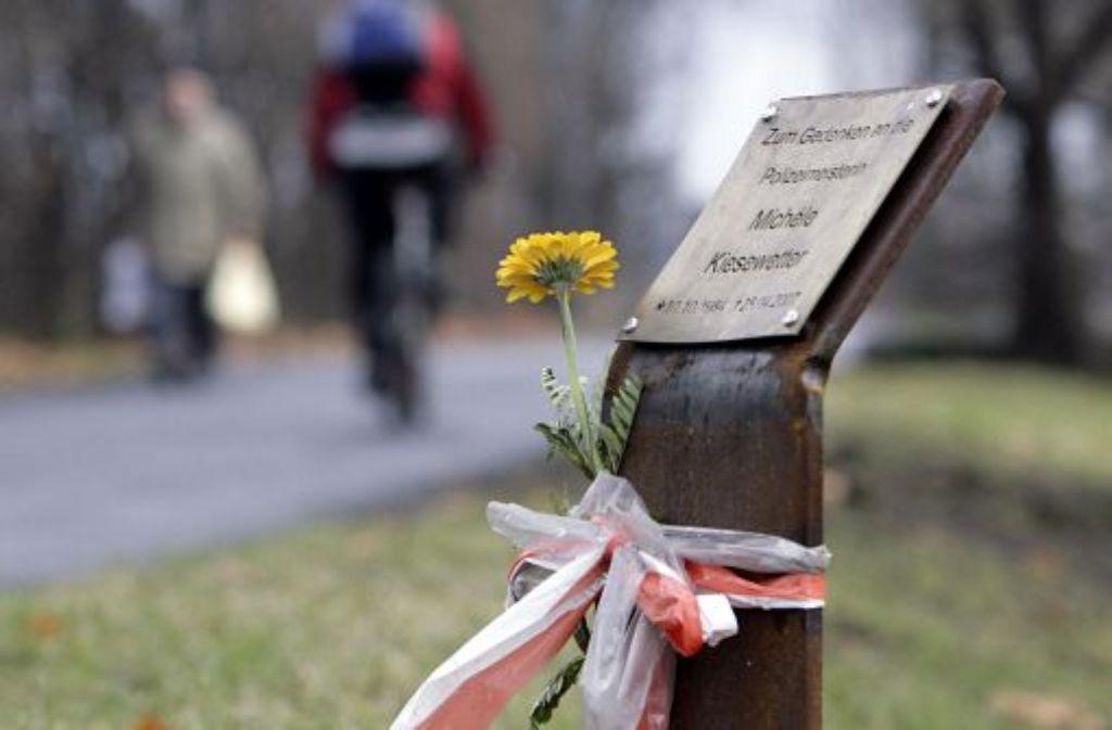 Mit einer Gedenktafel wird in Heilbronn an die ermordete Polizistin erinnert. Foto: dpa