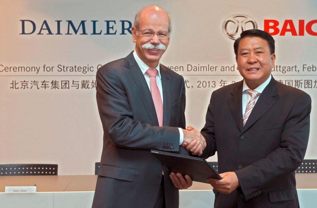 Bereits vor sechs Jahren ist Daimler beim chinesischen Partner BAIC Motor eingestiegen. Nun beteiligen sich die Chinesen an dem Stuttgarter Autokonzern. Unser Foto zeigt den früheren Daimler-Chef Dieter Zetsche (links) mit dem Chairman von BAIC, Heyi Xu, nach der Vertragsunterzeichung 2013 in Stuttgart. Foto: dpa