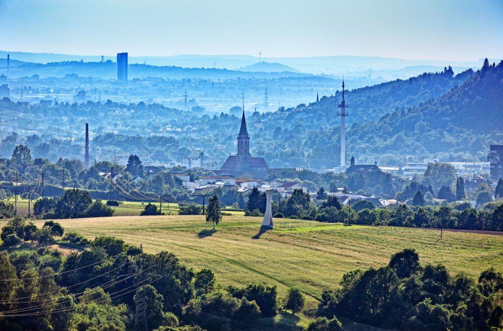 Das Remstal vom Plüderhausener Hochzeitsturm gesehen. Hinten ragt der Schwabenland-Tower in Fellbach in die Höhe.Foto:Gottfried Stoppel Foto: