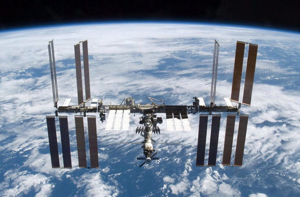 Die  ISS umkreist die Erde in 400 Kilometern Höhe. Innerhalb der nächsten zehn Jahre wird sie aber  das Ende ihrer Lebenszeit erreichen, es braucht einen Nachfolger. Foto: epa
