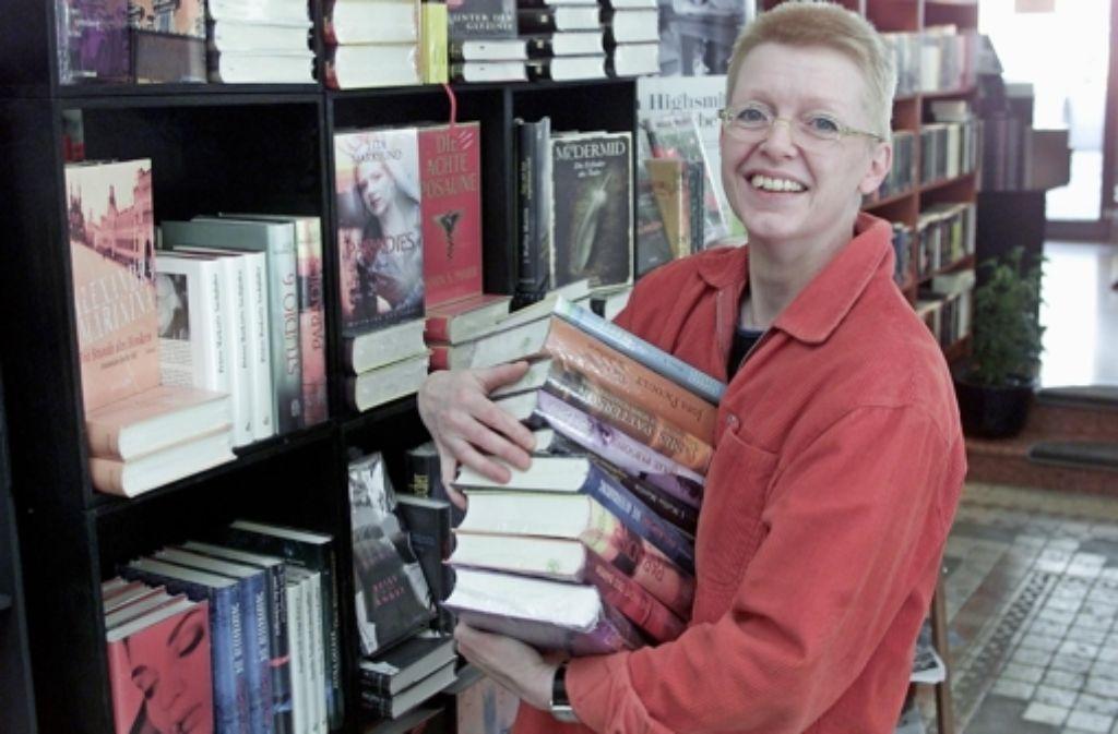 Juliane Hansen in optimistischeren Tagen in Stuttgarts  Krimibuchhandlung  Under-Cover. Ende März schließt sie den schon länger nicht mehr rentablen Laden. Foto: Zweygarth