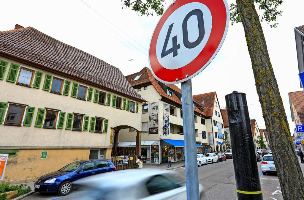 Der Blitzer an der Echterdinger Hauptstraße ist ganz neu. Das Foto zeigt ihn noch in Folie eingewickelt.  Hier gab es bisher kein Messgerät. Foto: Thomas Krämer