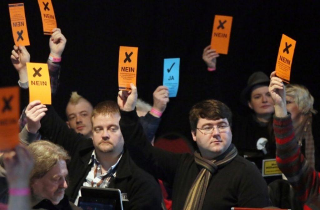 Analoge Abstimmung bei einer digitalen Partei: Berliner Piraten wählen. Foto: dpa
